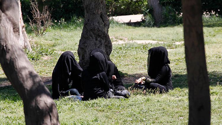 """La yihadista que cobra 42 dólares al mes por azotar a """"mujeres inmodestas"""" con cuerdas y palos"""