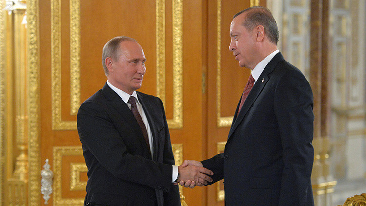 """Putin: """"Rusia y Turquía cooperan activamente para resolver las crisis mundiales"""""""