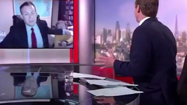 Un analista habla en directo con la BBC cuando sus dos pequeños arruinan el programa