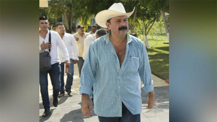 """Video: El alcalde que robó """"poquito"""" nombra los tres libros que inspiraron su vida… y que no existen"""