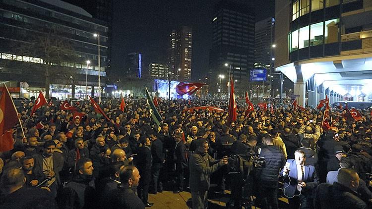 """Países Bajos tilda de """"extranjera indeseable"""" a la ministra turca y se alistan a deportarla"""