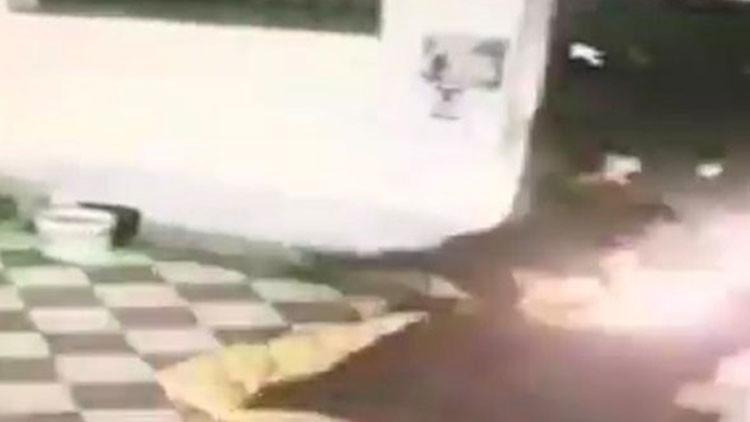 FUERTES IMÁGENES: Un hombre encapuchado quema vivo a un sintecho en Italia