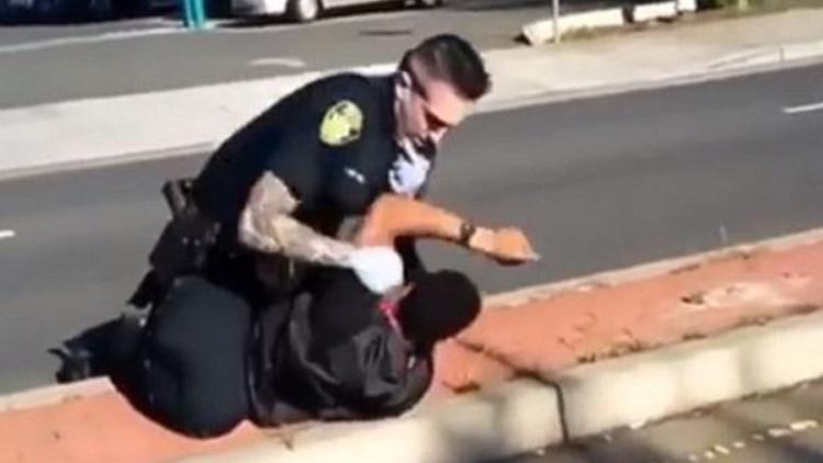 California: Filman una brutal agresión policial a un hombre que se encontraba en el piso (VIDEO)