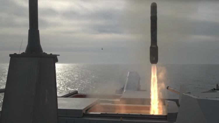 La Armada de EE.UU. lanza misiles Hellfire desde un buque de combate (VIDEO)