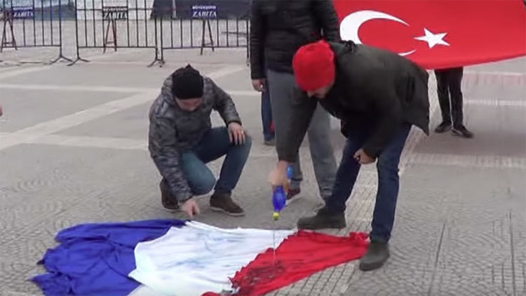 'Fallo épico': Unos turcos queman la bandera de Francia en vez de la holandesa (VIDEO)
