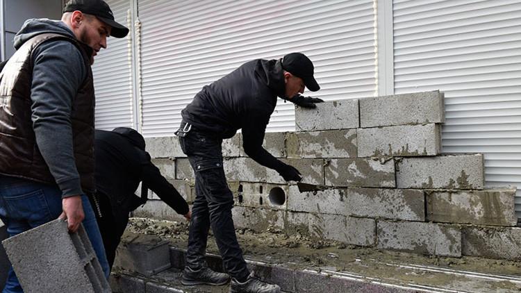 Nacionalistas ucranianos levantan un muro frente a una oficina del mayor banco ruso en Kiev (VIDEO)