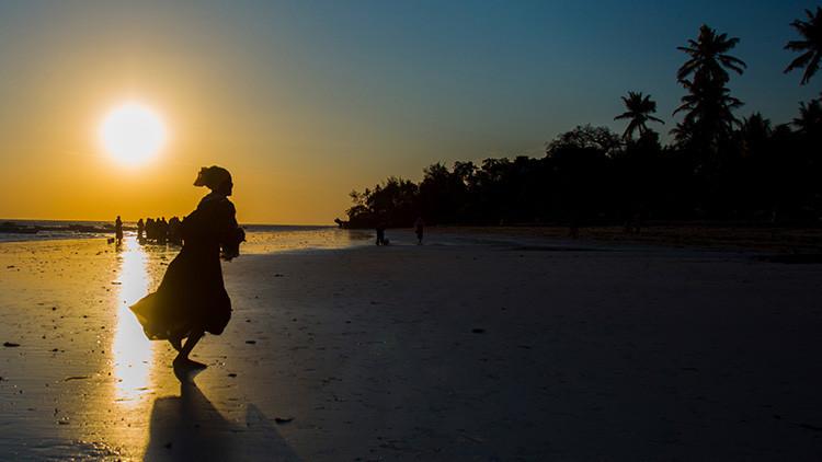 'Un pacto indecente': Dos hinchas apuestan a sus esposas en clásico de la liga de fútbol en Tanzania