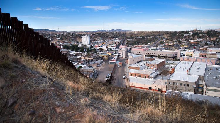 Una pequeña empresa mexicana propone iluminar el muro de Donald Trump