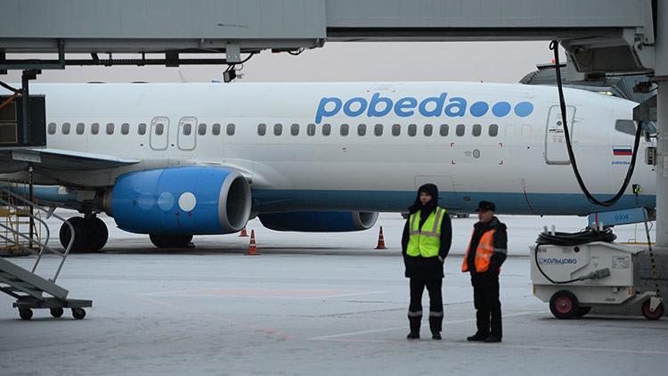 Expulsan del avión de una aerolínea de bajo coste a un voleibolista por tener las piernas largas