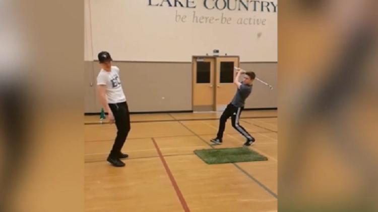 Era un truco muy sencillo de golf… pero dejó a su colega 'sin dientes'
