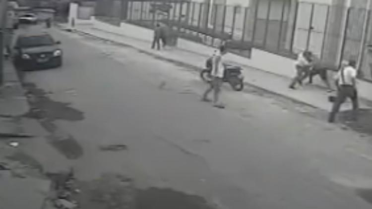 Intentan asaltar a dos mormones en una favela y reciben una golpiza increíble