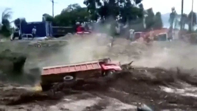 FUERTE VIDEO: Se salva por segundos de morir por un deslizamiento en Perú