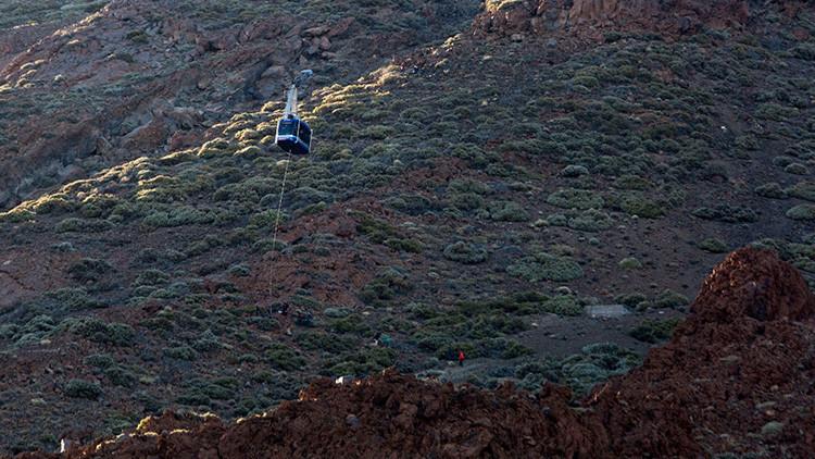 Angustioso: Turistas atrapados en un teleférico bajan por una cuerda a 50 metros de altura (VIDEO)