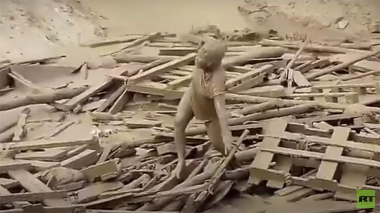 Video: El momento del dramático rescate de una mujer arrastrada por una riada de lodo en Perú
