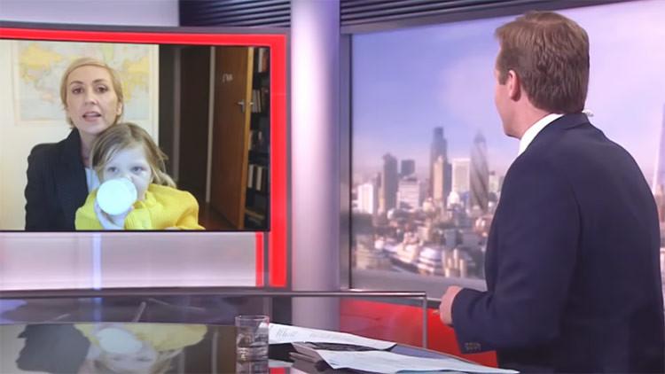 Video: ¿Qué pasaría si el experto de la BBC interrumpido en vivo por sus pequeños fuera una mujer?