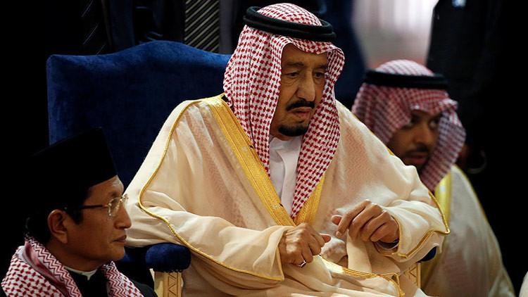 Unos 'detallitos': el rey saudí obsequia un sable de oro y relojes Rolex a funcionarios de Indonesia