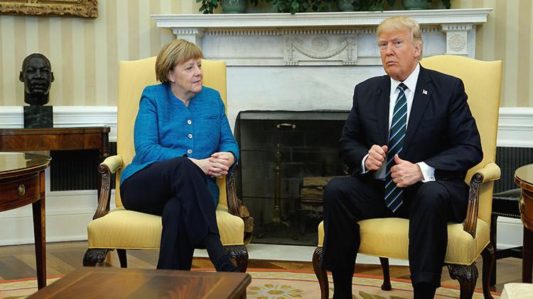 Vea el incómodo momento en que Trump no quiere estrecharle la mano a Merkel