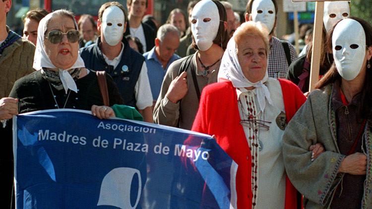 Buenos Aires tapa imágenes de los pañuelos de las Madres de Plaza de Mayo (fotos)