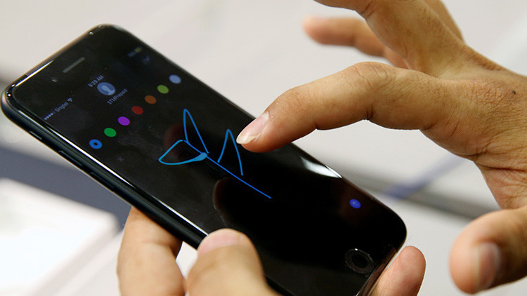 """Tan peligrosos como un secador de baño"": Un hombre fallece mientras cargaba su iPhone"