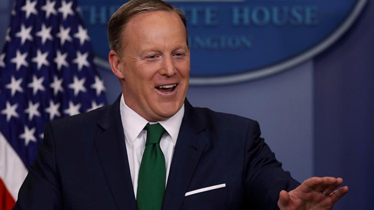 Por esta razón no debe llevar una corbata verde para salir en televisión (VIDEO)