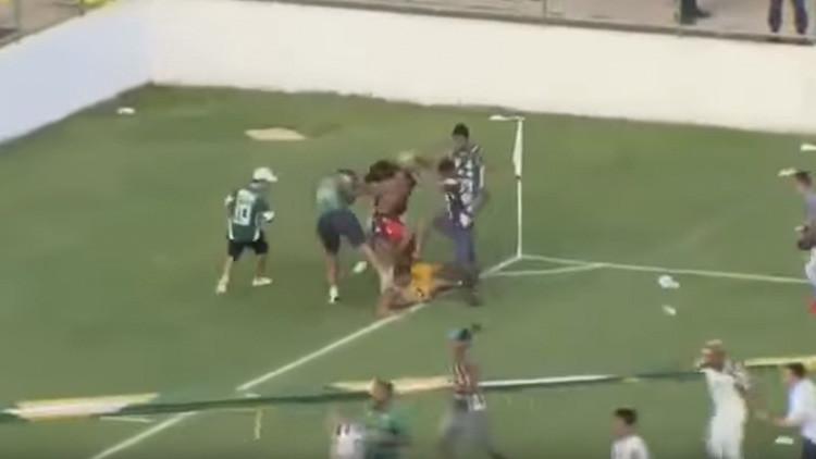 Les pegan a todos menos al árbitro: El fútbol brasileño, marcado por cruenta batalla campal (VIDEO)