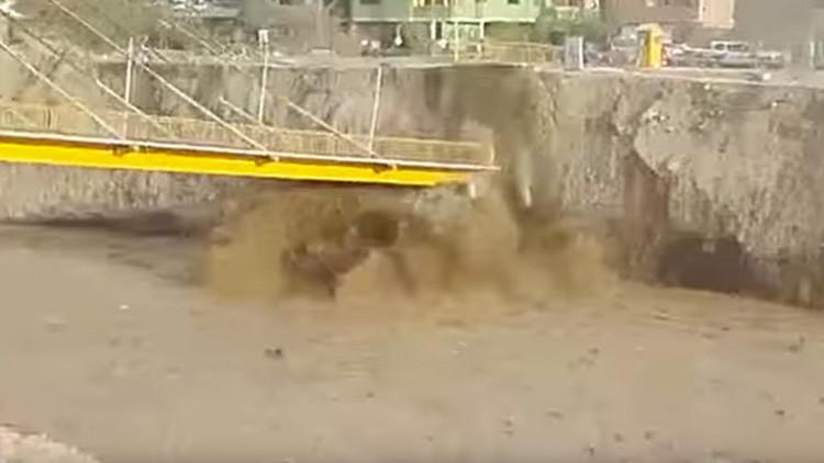 Perú: Momento exacto en que un puente peatonal colapsa tras las devastadoras inundaciones (VIDEO)