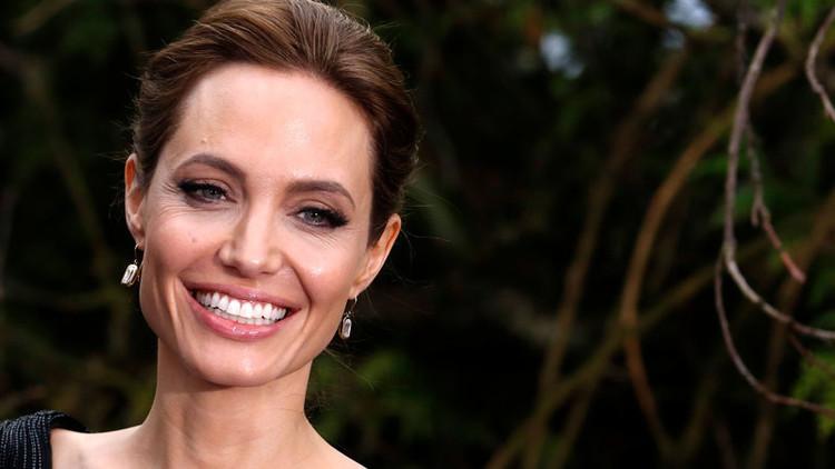 Imágenes del encuentro de Angelina Jolie con el arzobispo de Canterbury escandalizan la Red (FOTOS)
