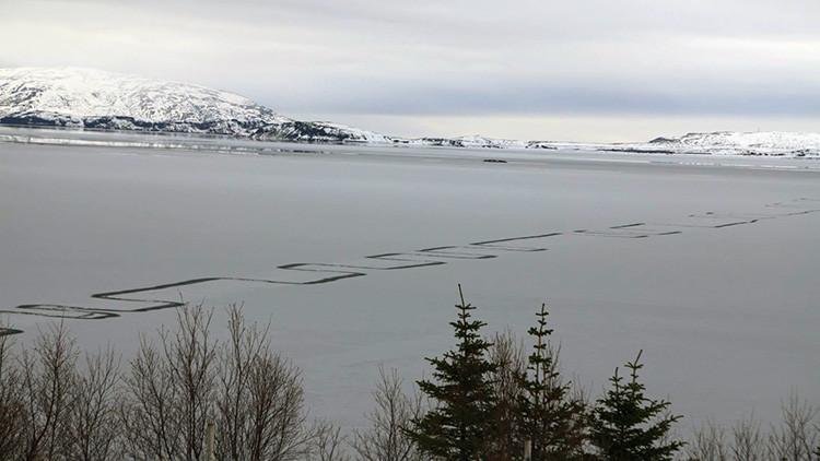 Captan misteriosas líneas geométricas en la superficie helada de un lago en Islandia (FOTOS)