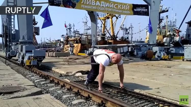 Hazaña de titanes: campeón de halterofilia ruso mueve una grúa de más de 300 toneladas (VIDEO)