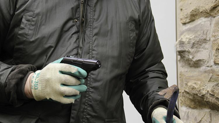 #ThugLife: Detienen a un ladrón atrapado en la ventana de una joyería (Foto)
