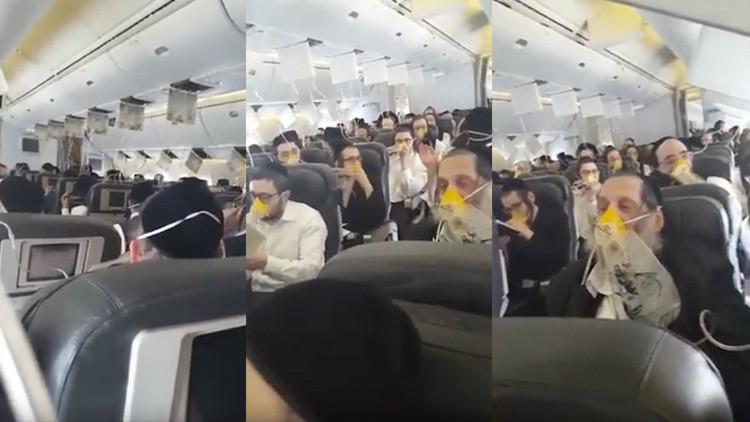 Atemorizados pasajeros rezan juntos con máscaras de oxígeno cuando avión pierde presión (VIDEO)