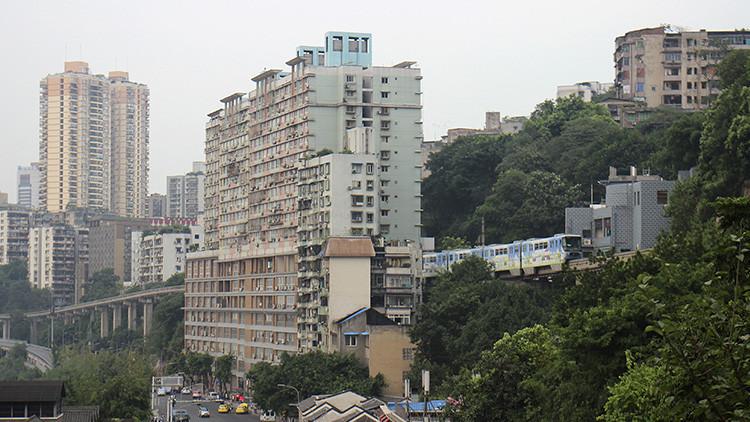 FOTO: Un tren atraviesa un bloque de apartamentos de 19 plantas