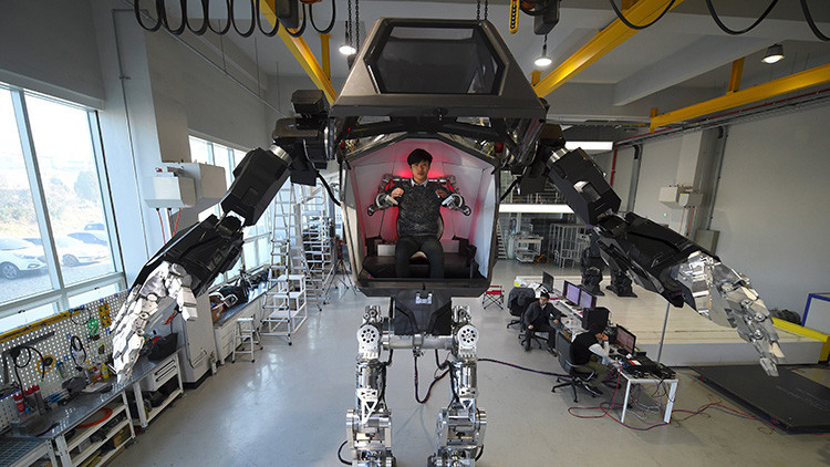 FOTO, VIDEO: El fundador de Amazon maneja un robot gigantesco