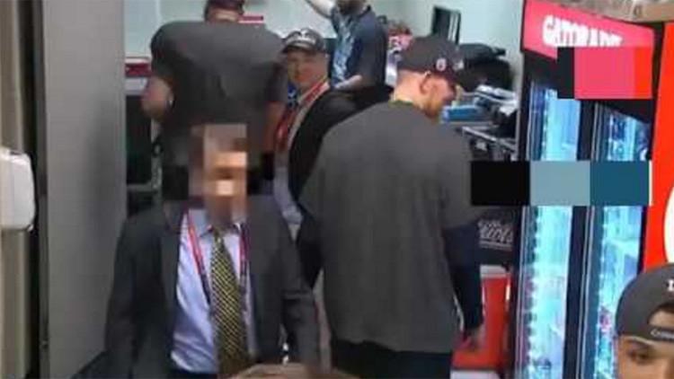 VIDEO: Acusan al exdirector de un diario mexicano de robar el jersey de Tom Brady tras el Super Bowl