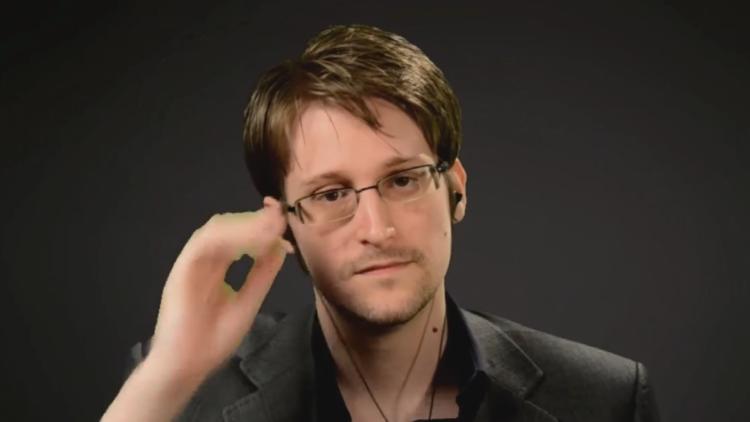 """Snowden: """"A nadie le importa si tienes un micrófono en el microondas, lo tienes en tu bolsillo"""""""