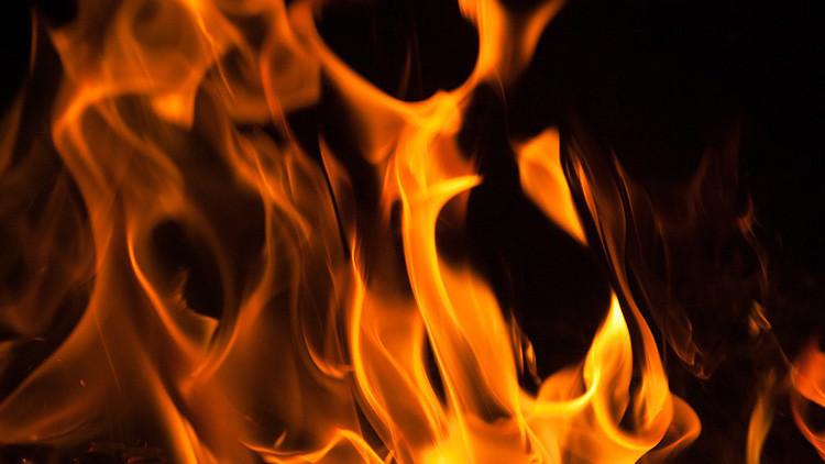 """Un hombre quema viva a su hija de tres años por ser """"demasiado bella"""""""