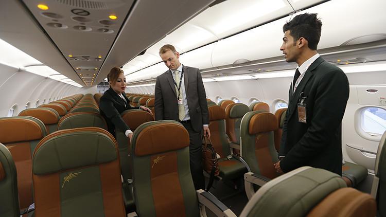 Auxiliares de vuelo cuentan qué es lo primero que analizan de los pasajeros