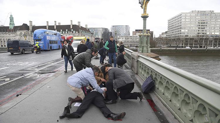 Un coche atropella a varias personas en el puente de Westminster en Londres