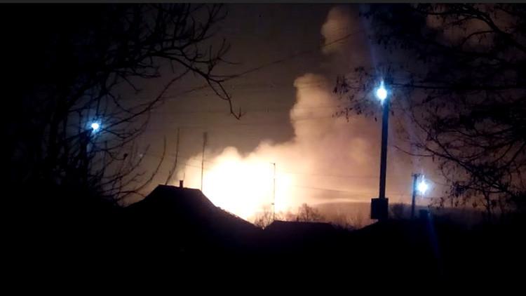 VIDEOS: Evacúan una ciudad ucraniana por un incendio en un depósito militar