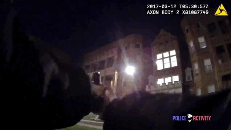 Video: Un policía y un atacante intercambian balazos a corta distancia en un tiroteo escalofriante