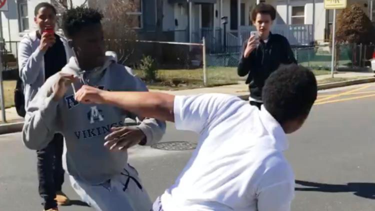 Una pelea callejera termina de una manera inesperada