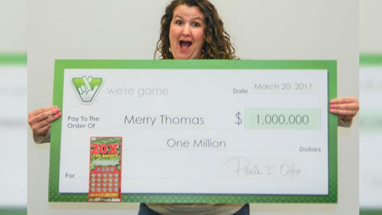 Una mujer le muestra a su amiga cómo jugar a la lotería y gana 1 millón de dólares