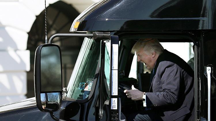 FOTOS, VIDEO: Las muecas de Trump al volante de un tráiler desatan una ola de bromas en la Red