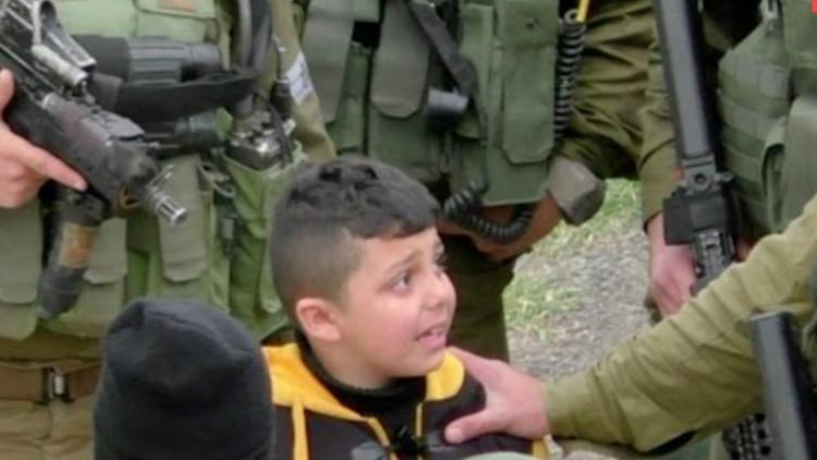 VIDEO: Soldados israelíes retienen por la fuerza e intimidan a un niño palestino de 8 años