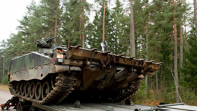 Un carro blindado del Ejército de Suecia desaparece bajo el hielo durante unos ejercicios