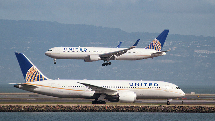 Critican a una aerolínea estadounidense por no permitir embarcar a dos niñas vestidas con 'leggings'