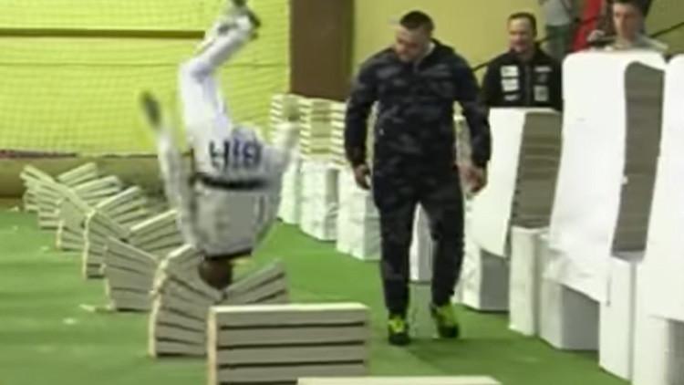 Adolescente rompe un récord al destrozar 111 bloques de concreto con la cabeza (Video)