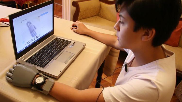 La historia del niño boliviano que se fabricó una mano robótica