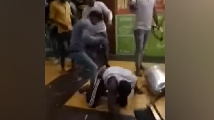 Video fuerte: Una turba enojada ataca a africanos tras la muerte por sobredosis de un joven
