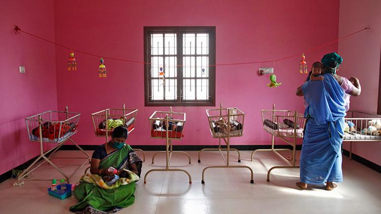 Médico realiza partos gratis de niñas en la India para evitar que las maten